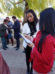 Los colombianos en Valencia, además de protestar, recogen formas con el fin de rechazar el alza en el precio de los pasaportes.