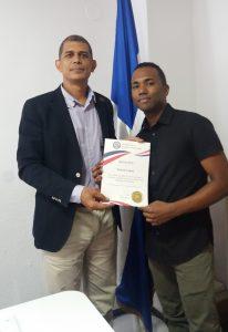 El reconocimiento fue entregado por el cónsul de República Dominicana en la ciudad, Jorge Cordero quien se mostró complacido de distinguir la labor de un dominicano que se destaca en Europa.